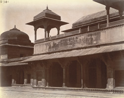 Reception room of the Jodh Bai Palace, seen from interior side of entrance, Fatehpur Sikri 1003598